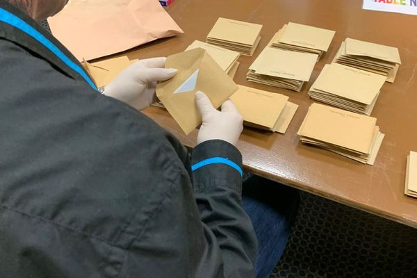 A Limoux, les scrutateurs dépouillent avec des gants aux mains pour éviter au maximum la diffusion du coronavirus - 15 mars 2020
