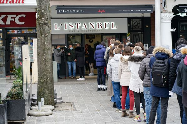 Des étudiants patientent pour profiter d'un kebab gratuit dans le centre-ville de Reims, le 9 février 2021.