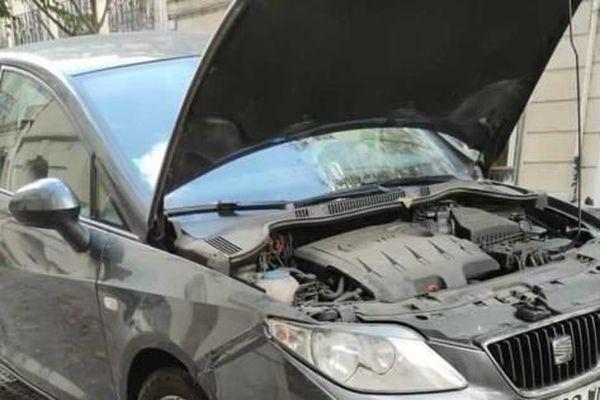 Coincé dans le moteur d'une voiture, un petit chat a été sauvé par la police municipale