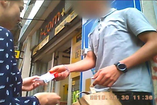 """Acheter un paquet de cigarettes """"à la sauvette"""" est passible d'une amende de 135 euros."""