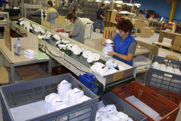 À Plaintel, dans les Côtes d'Armor, des millions de masques étaient fabriqués chaque année jusqu'à la fermeture du site en 2018. Photo d'archive prise en 2001.