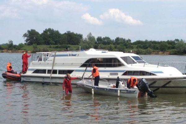 Une vingtaine de pompiers sont intervenus pour évacuer les touristes et écoper l'eau du bateau afin de le remettre à flot