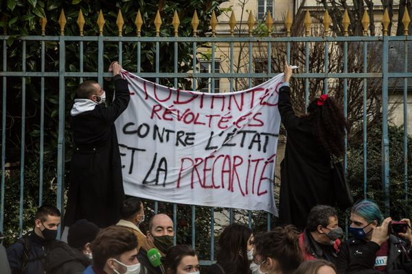 <p>Des étudiants manifestent le 20 janvier 2021 à Paris contre la précarité étudiante.&nbsp;</p>