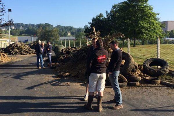 Ce mardi matin, les éleveurs laitiers poursuivent leur blocage du site Lactalis de Sainte-Cécile