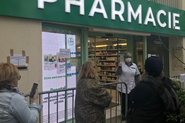 Aigues-Mortes (Gard) - les pharmacies sont prises d'assaut - 16 mars 2020.
