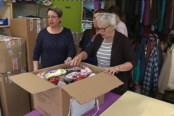 Durant le trie des dons matériels, au Secours populaire de La Souterraine.