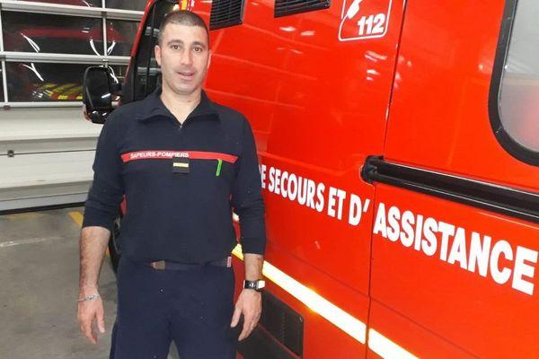 Eric, sapeur-pompier, adjudant au centre de secours de Clermont-Ferrand, devant son véhicule de secours et d'assistance aux victimes.