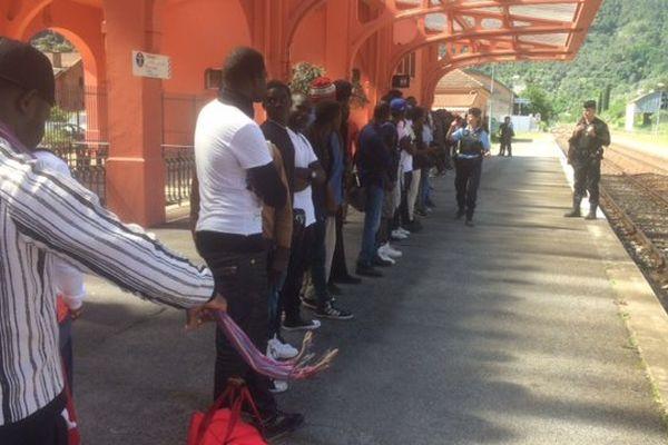 Les migrants attendent le train pour se rendre à Nice, le 23 mai