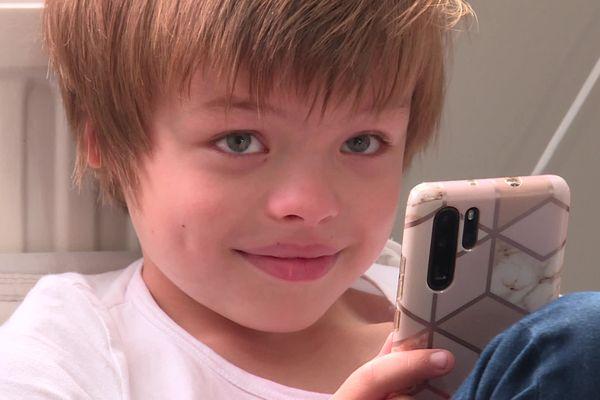Léo a 7 ans et demi et souffre d'un syndrome génétique rare à l'oreille droite et d'un kyste cancéreux, il lance un appel aux dons pour financer son intervention aux États-Unis.