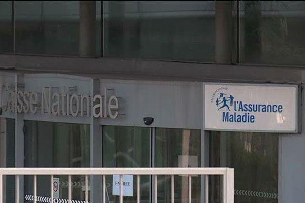 La sécurité sociale ne rembourse une opération que si elle est approuvée par la communauté médicale française.
