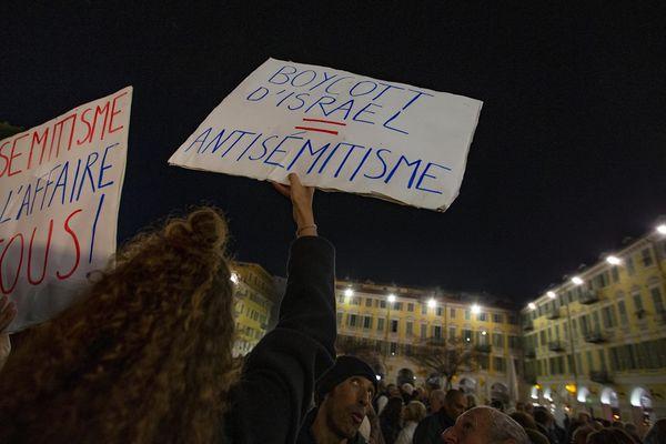 Des panneaux et beaucoup de monde pour dénoncer les actes antisémites en hausse en France.