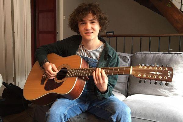 Il a le physique d'un jeune homme tout juste sorti de l'adolescence, une voix à tomber à la renverse, et une vraie dextérité à la guitare.