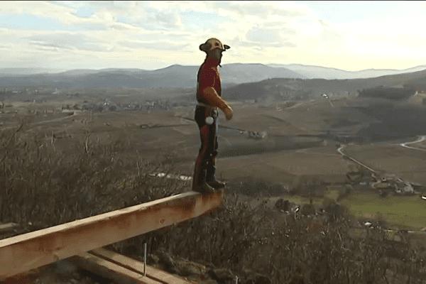Construction d'un belvédère sur le Mont Brouilly