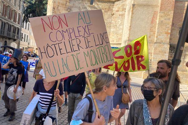 17 septembre 2021 : 200 personnes manifestent contre le projet de construction de cabanes touristiques sur les rives du lac Montbel en Ariège