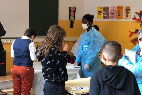 Tests salivaires distribués aux 140 enfants de l'école Lepeltier de la Trinité ce 26 avril 2021.