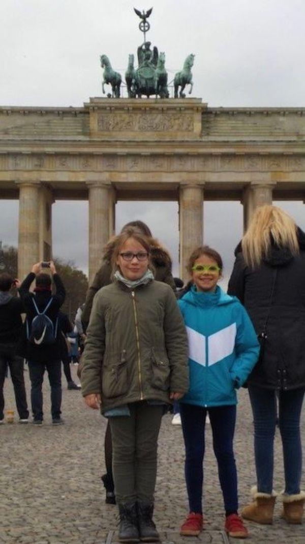 Henriette et Claire au pied de la porte de Brandebourg, à Berlin