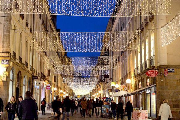 Une rue du centre historique de Rennes lors des fêtes de fin d'année