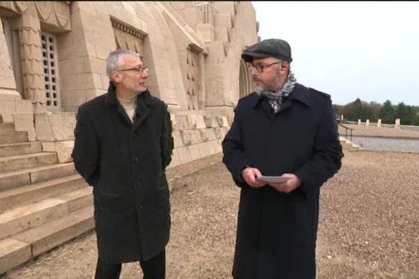 Franck Meyer professeur d'histoire parle du choix du soldat inconnu avec Laurent Parisot à l'Ossuaire de Douaumont