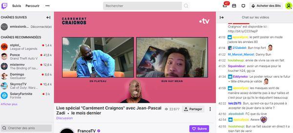 Capture d'écran de la plateforme Twitch : sur la droite apparaissent en direct les commentaires et questions des internautes