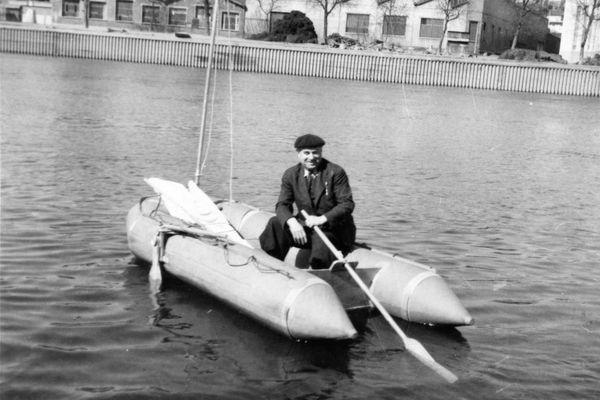 Pierre Debroutelle à bord de son embarcation pneumatique Zodiac
