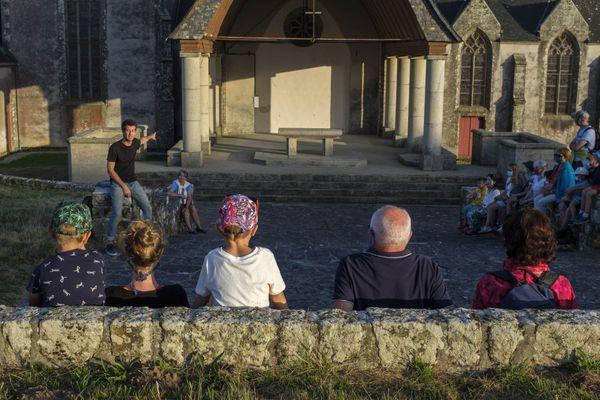 Le conteur Lukaz Nedeleg devant son public à la chapelle de Saint-Anne-la-Palud.