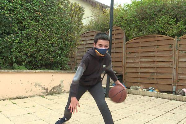 Grégory, âgé de 12 ans, s'entraîne normalement 3 fois par semaine eu sein de la section amateurs de l'ALM d'Evreux. Aujourd'hui, il n'a qu'une envie : pouvoir y retourner le plus tôt possible.