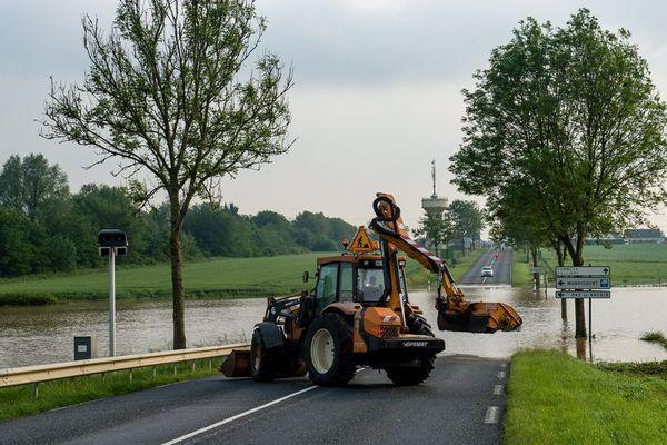 L'inondation de la RN 25 à Mondicourt, mardi 7 juin. Et pendant ce temps, le radar ne sert pas à grand chose.
