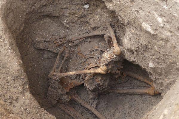 Le premier individu, un homme, était à genoux, le buste relevé et les mains derrière le dos