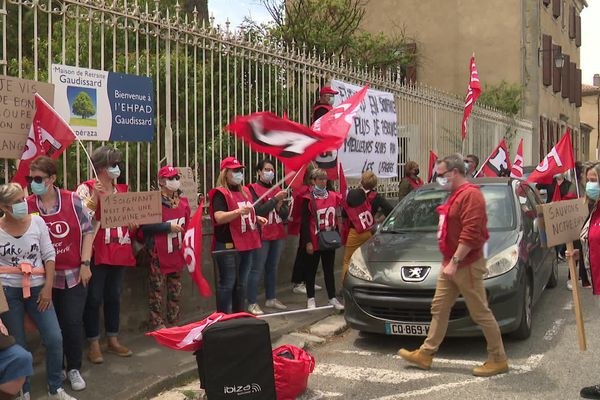Personnels et résidents devant l'Ehpad de Gaudissart à Espéraza dans l'Aude - 22 mai 2020