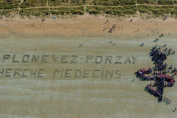 Le message clair de la population de Plonevez-Porzay (29) sur la plage de Sainte-Anne-La-Palud pour trouver des médecins