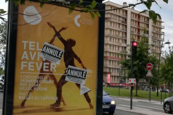 Des affichettes annonçant l'annulation du spectacle, qui ne l'est pas, ont recouvert les affiches officielles