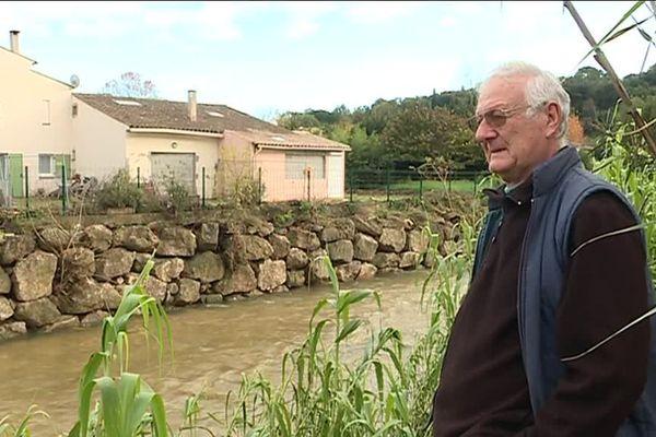 Michel Dotta devant la Brague, le fleuve qui a inondé sa maison toute proche.