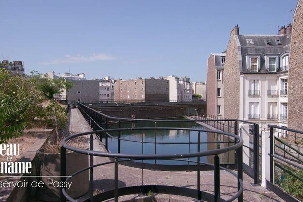 Ses réservoirs servent désormais à alimenter les cascades du bois de Boulogne mais aussi à nettoyer les rues, les égouts et à arroser les parcs et jardins de tout l'Ouest parisien.