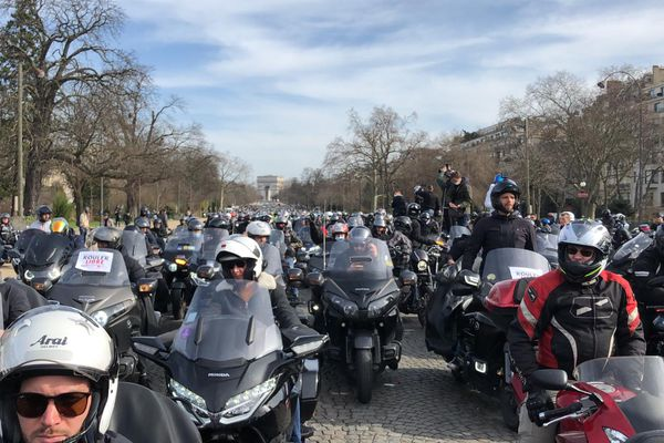 Des milliers de motards ont circulé dans Paris et sur le boulevard périphérique ce samedi.