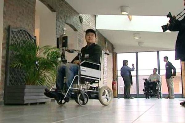 Un polyhandicapé essaie le fauteuil intelligent à Lomme