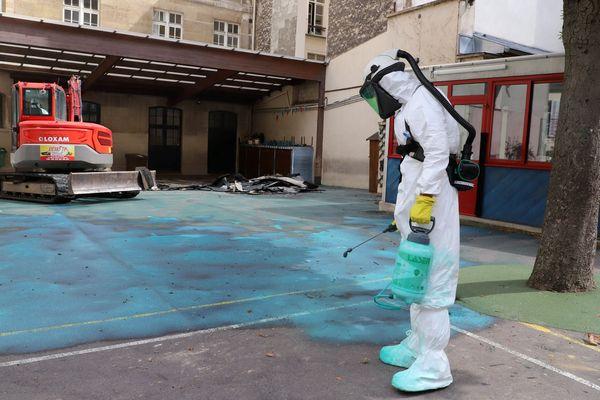 Une opération de dépollution à l'école Saint-Benoît située 16 rue Saint-Benoît, dans le VIe arrondissement de Paris.