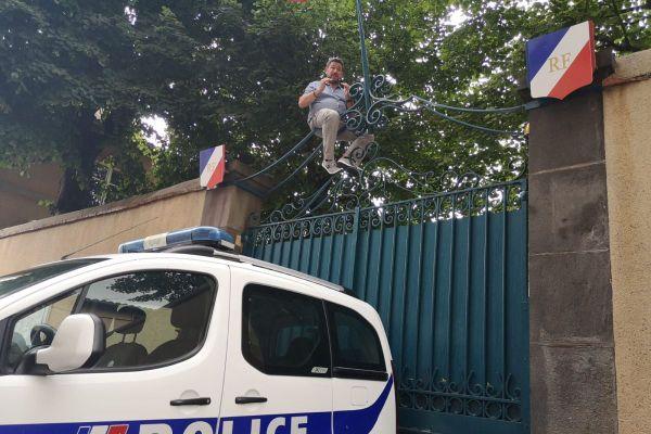 Mercredi 15 juillet, Philippe Montel, gérant du Volcan de Lemptégy, a escaladé le portail de la sous-préfecture de Riom près de Clermont-Ferrand.