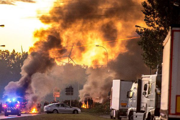 Le 29 août à Roye, une soixantaine de personnes bloquent la circulation sur l'autoroute A1.