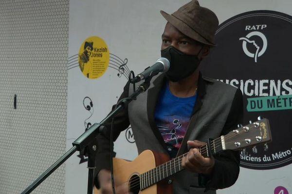Esteban, musicien dans le métro, fait partie de la centaine d'artistes autorités à jouer à nouveau dans les sous-sols parisiens.