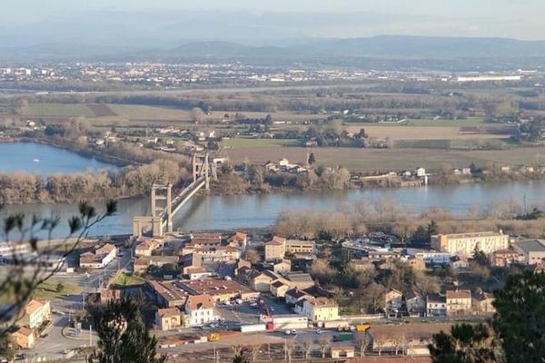 La ville du Teil avec le Rhône en contre-bas