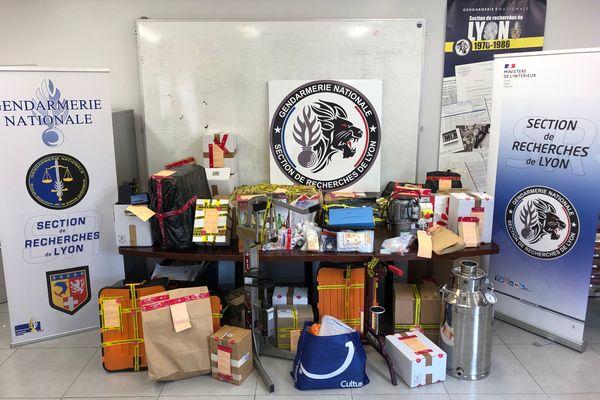 Les gendarmes de la section de recherche (SR) de Lyon ont démantelé un réseau familial structuré à l'origine de fabrication, d'importation, d'exportation et de vente à l'international de stupéfiants à partir du « Darknet. »