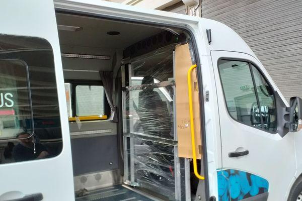 Un minibus équipé pour isolé le chauffeur de ses passagers