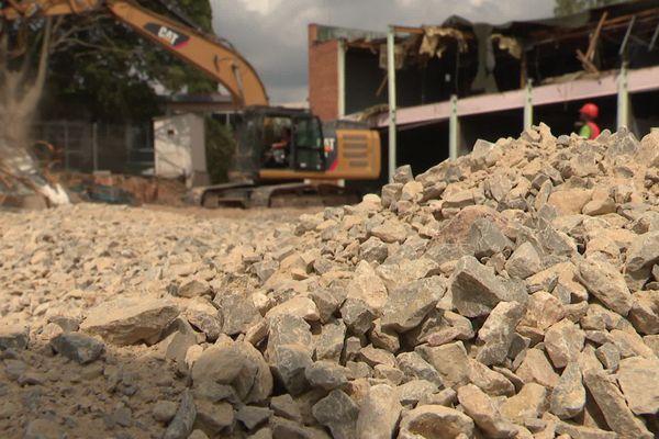 Béziers (Hérault) - la démolition de l'école des Tamaris, détruite par un incendie criminel, débute. Elle sera reconstruite dans un an - 13 août 2020.