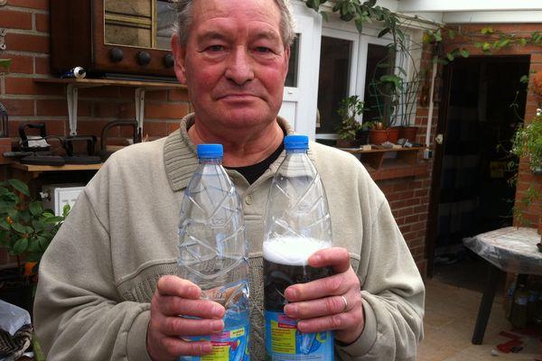 A gauche, la bouteille suspecte après l'avoir secoué. A droite, une bouteille sans problème.