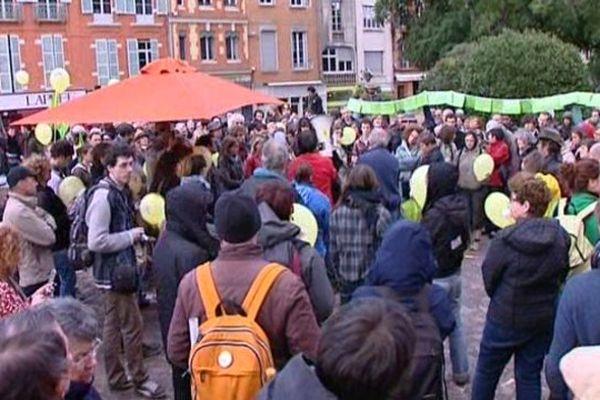 """Le déluge qui s'est abattu sur la ville rose n'a pas découragé les militants anti-OGM venus déplier les banderole """"Citoyens contre agrobusiness"""""""