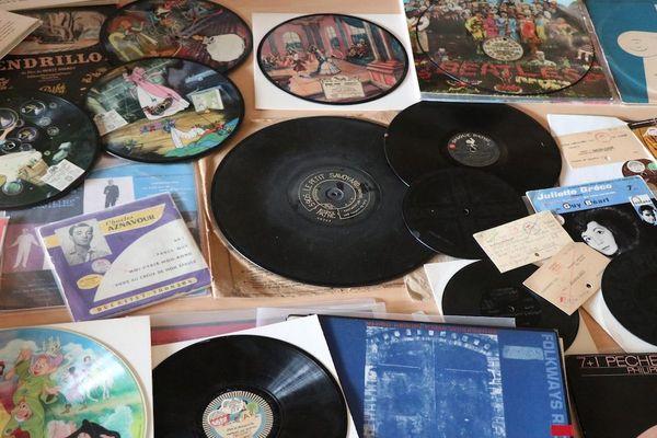 Sur cette table, les petites merveilles de la grande histoire du disque.