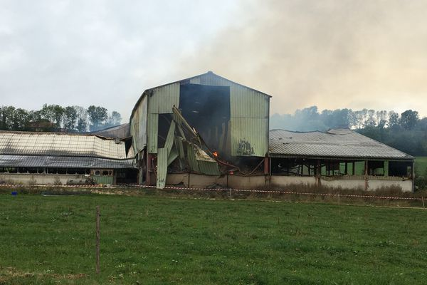 Le hangar a été en partie détruit par les flammes.