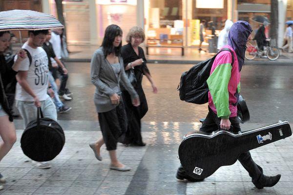 Fête de la musique sous la pluie en 2012 dans le Nord Pas-de-Calais.