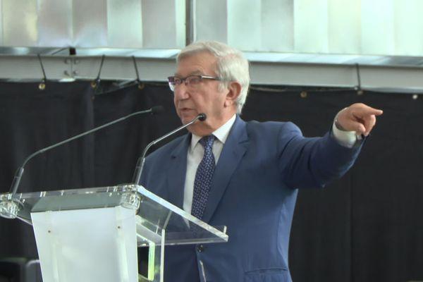Bernard Cazeau le doigt pointé vers Germinal Peiro.