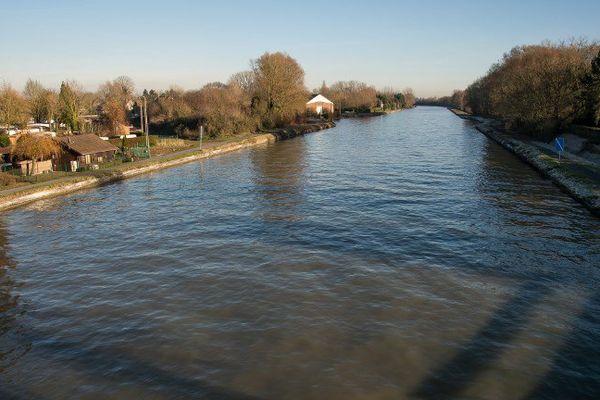 Le Canal Seine-Nord-Europe, à Aubencheul-au-Bac (à côté d'Arras). Le canal, prévu pour faire 107 km, doit relier la Seine au réseau fluvial du Nord de l'Europe et de faciliter le transports de biens entre les ports de Dunkerque, Anvers, et Rotterdam.